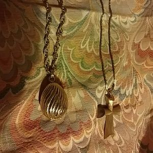 2 Piece Bundle Of Vintage Avon Necklaces